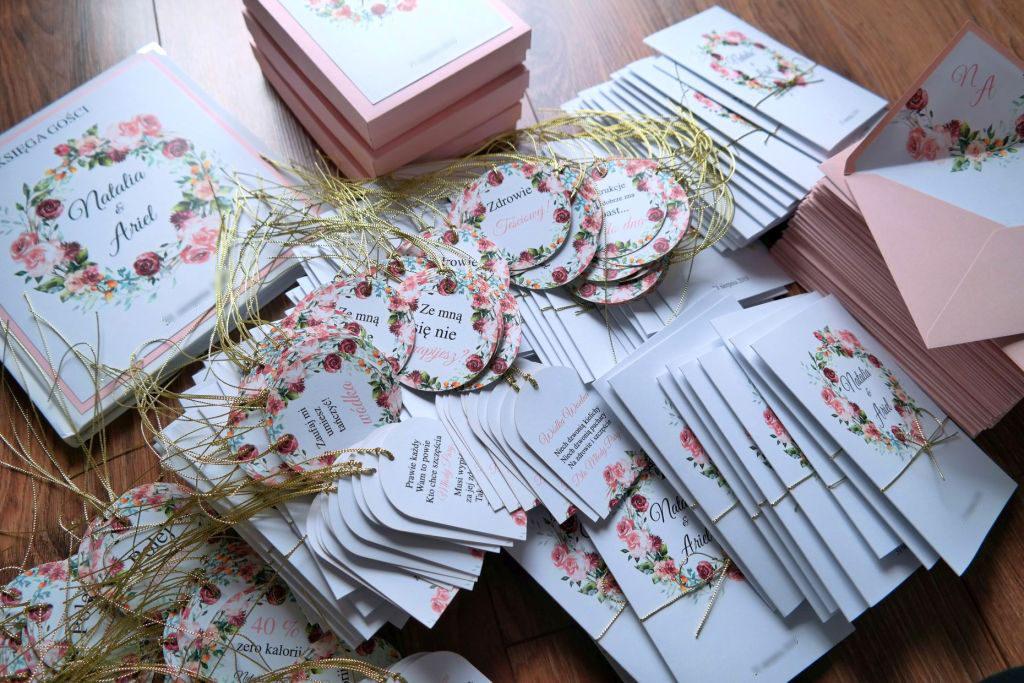 zaproszenia i dodatki ślubne w rozu